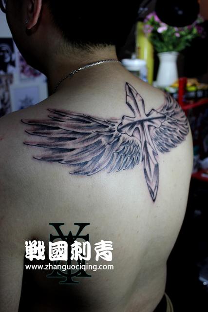 《翅膀与十字架》纹身作品